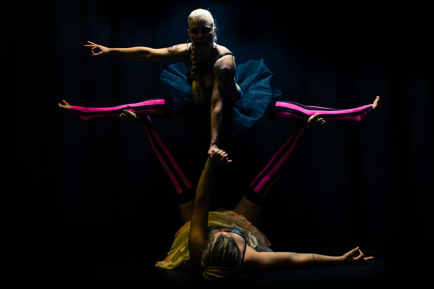 Acroyoga är en lekfull blandning av yoga, thaimassage och akrobatik.