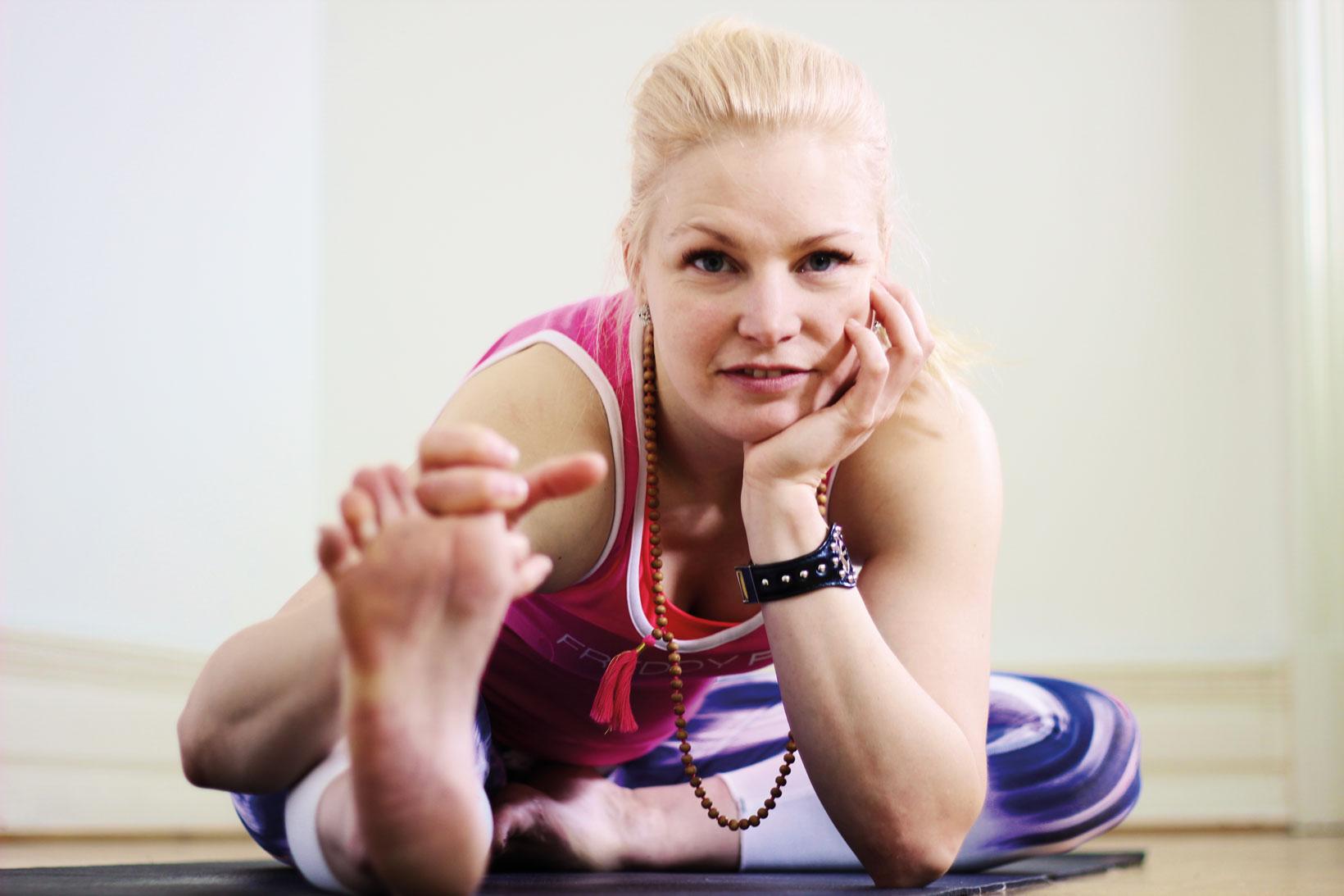 Dynamiska och mångfasetterade akrobaten och yoginin Milla är utbildad i hatha, acroyoga, gravotonics (flygande yoga) och thaimassage.