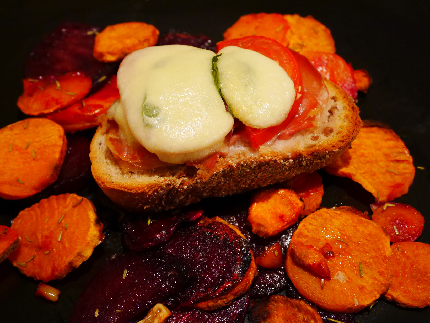 Italienska varma mackor med rotfruktschips.
