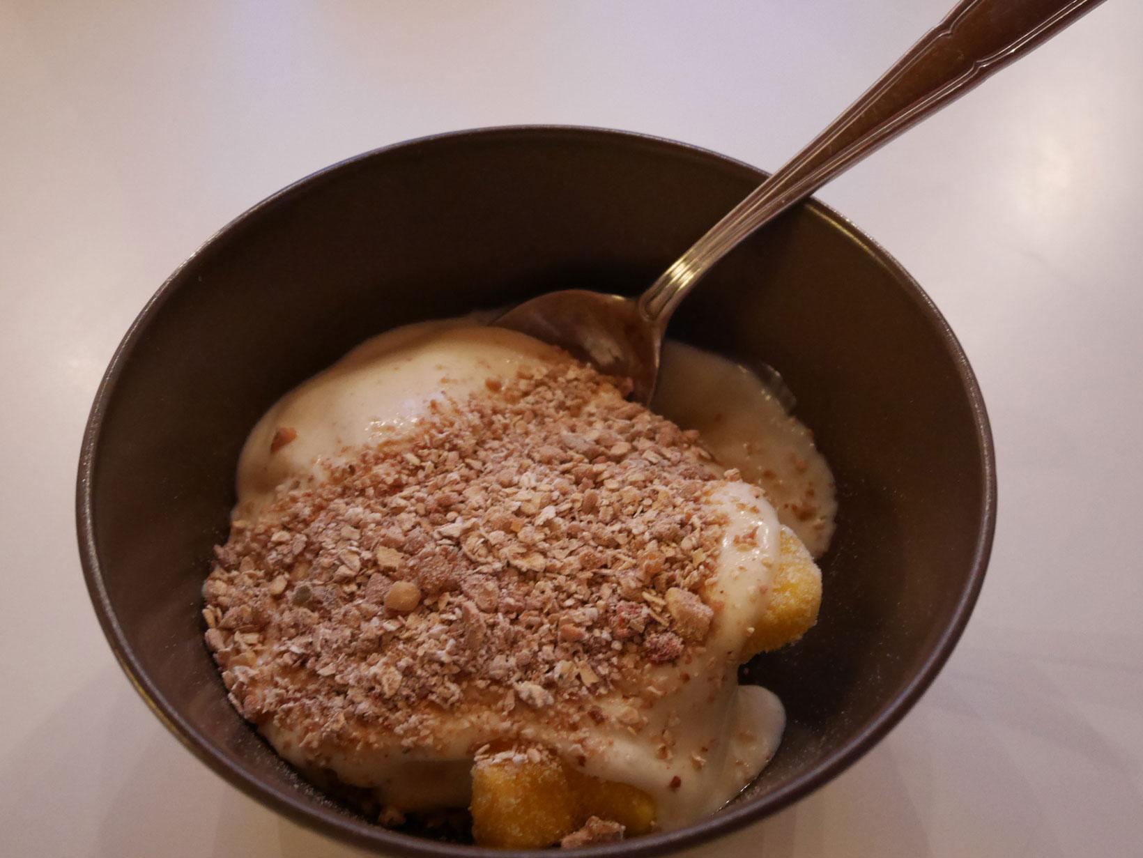 Vid servering kan man leka lite hur man vill – idag blev det med mango och sojayoghurt.