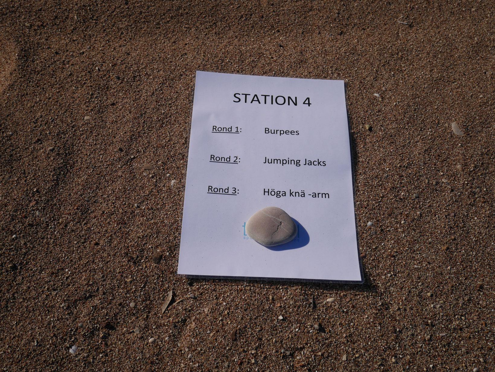 Vi kör ett tufft tabatapass under ledning av Christos, sanden gör att vi får kämpa på lite extra.