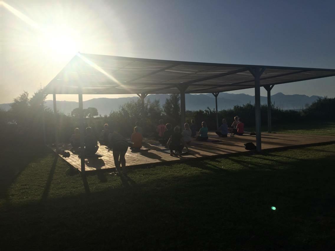 Yoga på trädäcket – bästa starten på dagen.