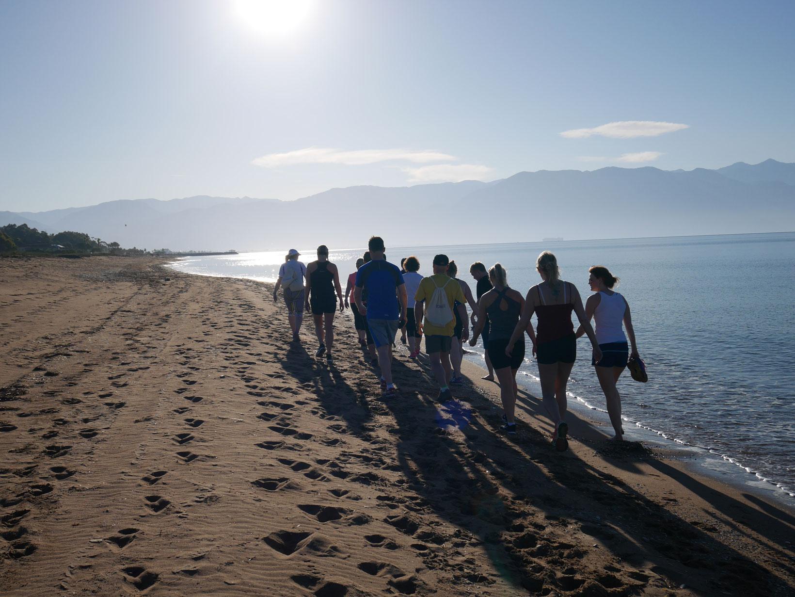 Morgonen börjar med en powerwalk i strandbrynet 7.30.