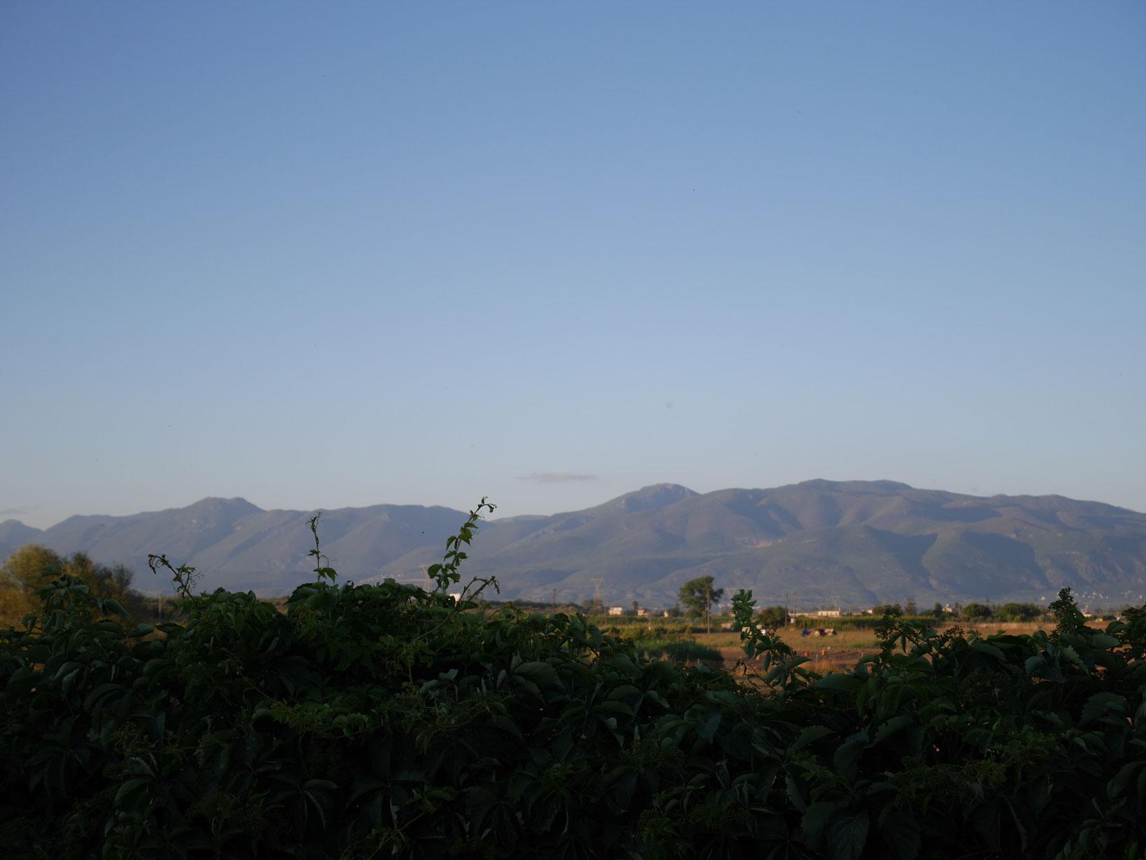 Gröna berg i horisonten – Kalamata ligger på fastlandet, drygt två timmars bilresa från Aten.
