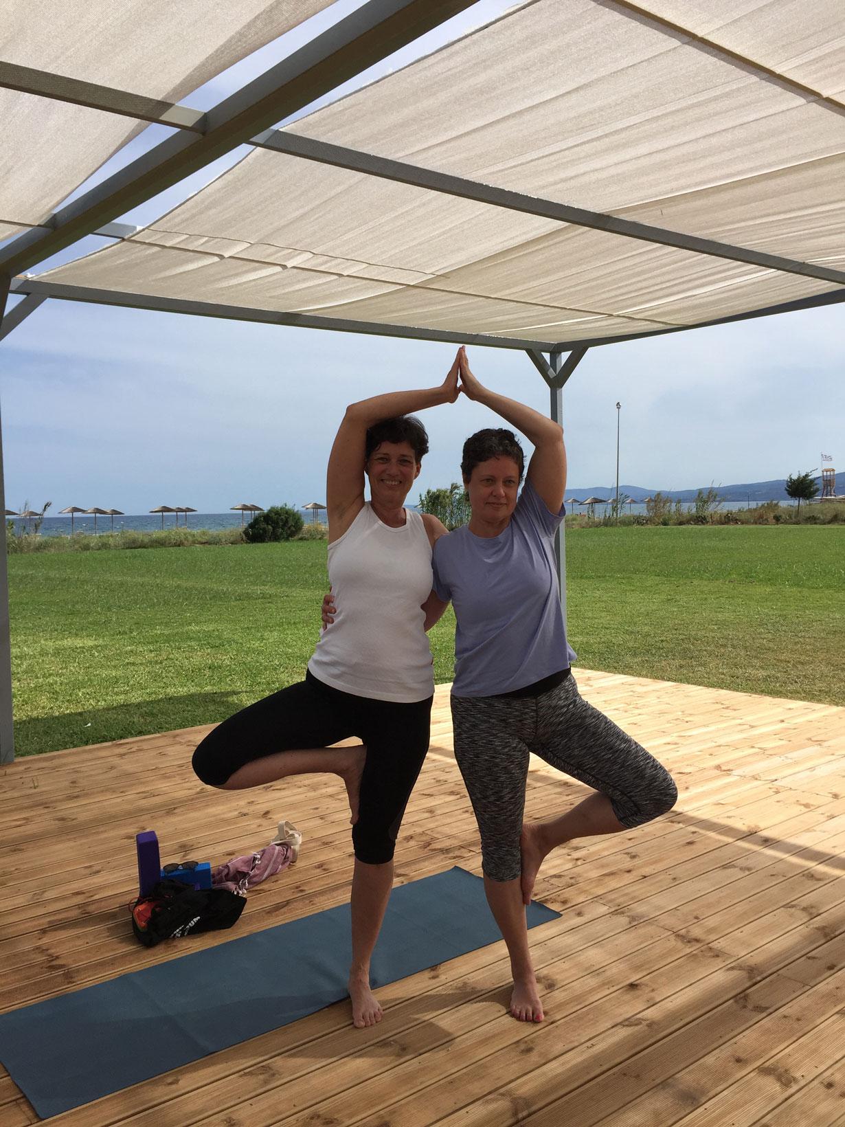 Allt blir roligare när man är två, så även yoga.