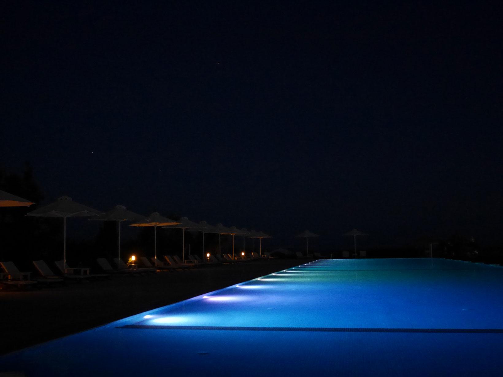 Lyx! På kvällarna bäddas vi in i mörkret och ser stjärnorna tändas upp en efter en.